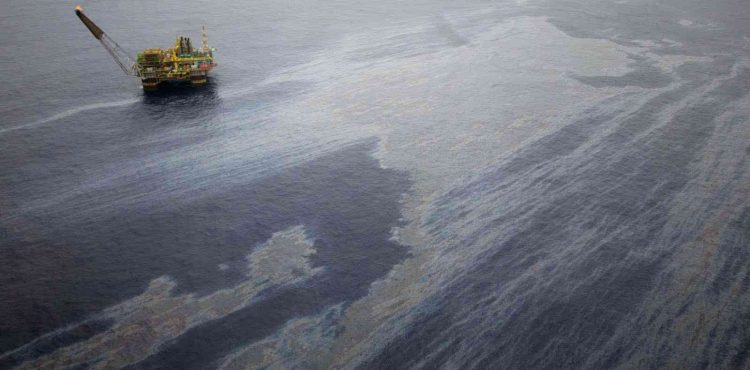 Hurghada Oil Spill Spreads Across 6 KM in The Red Sea