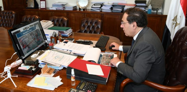 El Molla Reviews Ongoing Petrochemical Projects